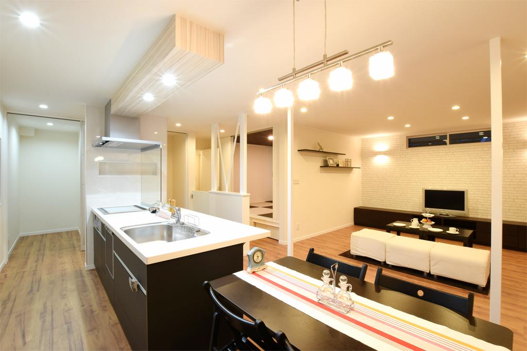 全面改装リフォーム~オープンキッチンに小上がり和室 一体型LDKで広々空間へ~