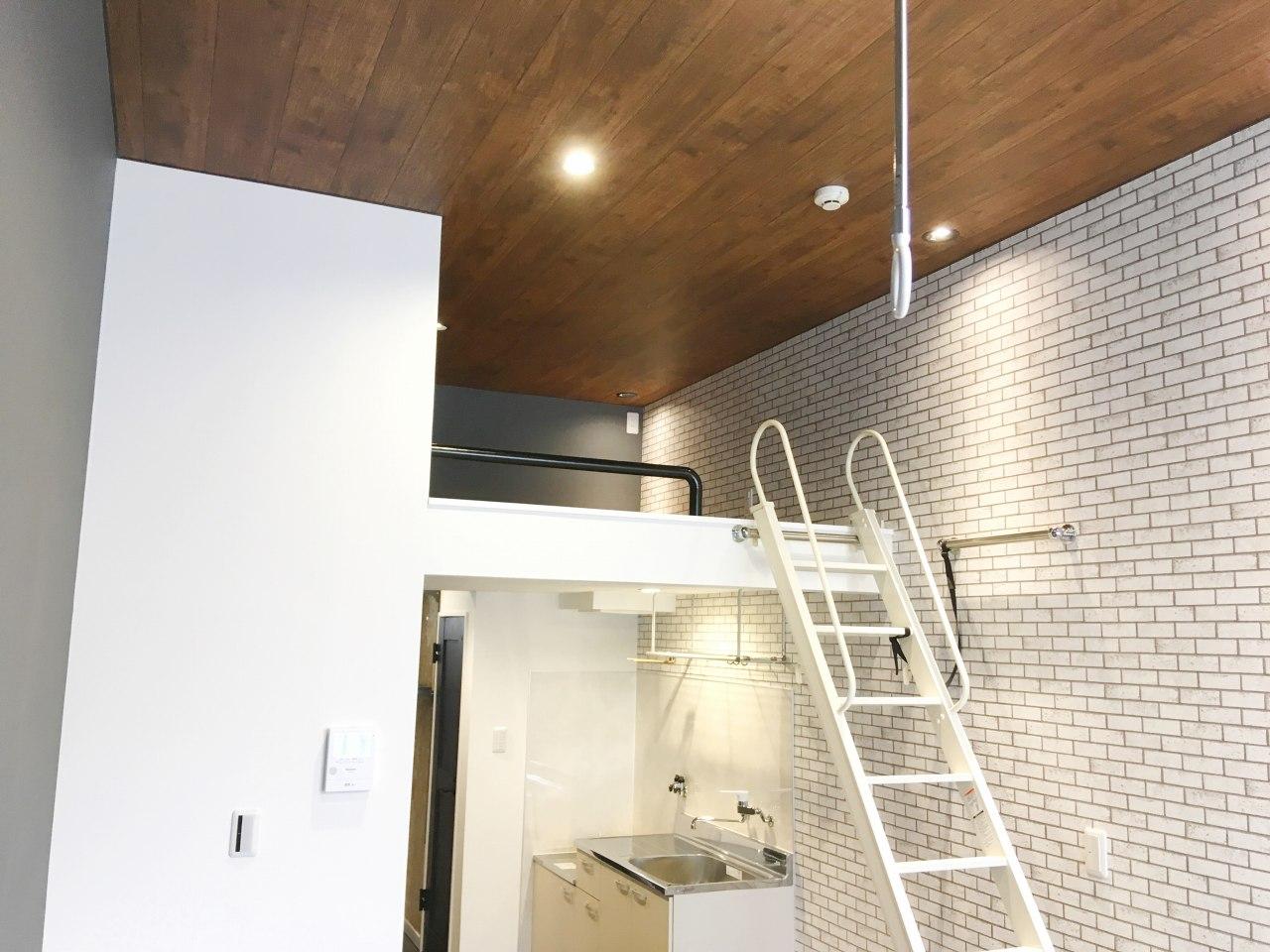 【アパート改修】木目天井&タイル壁紙でカフェ風の落ち着いた雰囲気に