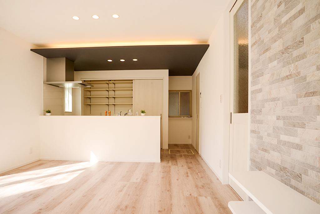 中古物件リノベーション!新しい住まい手のライフスタイルに合わせて大変身 ~冷蔵庫まるごと収納パントリー 間接照明造作 対面キッチンペニンシュラ~